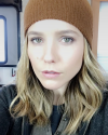 22-Novembre-2016-Sophia-Bush-in-her-trailer.png