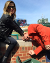 18-Avril-2015-Sophia-Bush-Match-de-Baseball-Wrigley-Field-Chicago.png